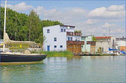 floating houses sind schwimmende ferienh user floating 44 sind festliegende hausboote in. Black Bedroom Furniture Sets. Home Design Ideas