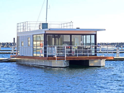 floating houses sind schwimmende ferienh user floating 44 sind festliegende hausboote in. Black Bedroom Furniture Sets. Home Design Ideas