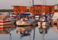 FLOATING_HOUSES_3Kroeslin_Abendstimmung