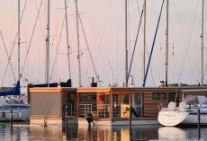 Mermaid-Hausboote-Aussen-Markise_Windschott_-Abendstimmung-1