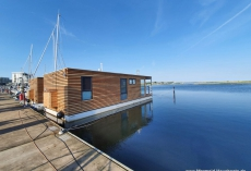 Mermaid-Hausboote-Aussen_Steg_Steuerbord-1